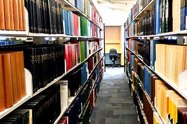 本棚に並ぶたくさんの本