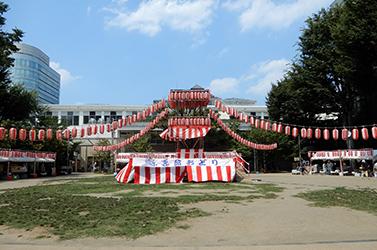祭りの舞台と提灯